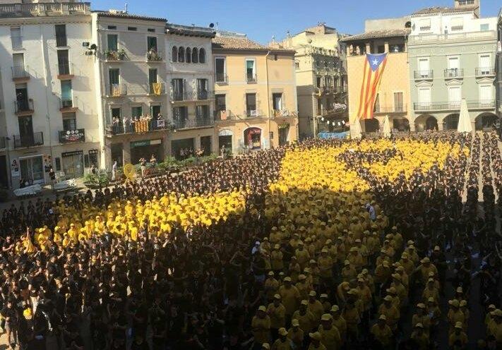 Un llaç groc gegant presideix Igualada
