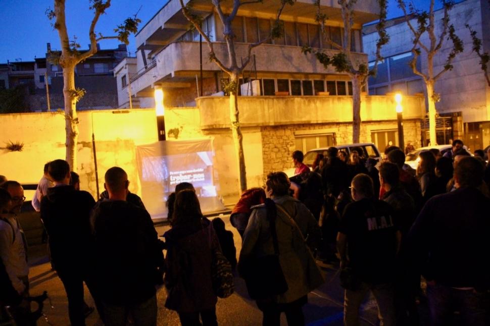 Desenes de joves reivindiquen l'Espai pels Somnis davant l'edifici