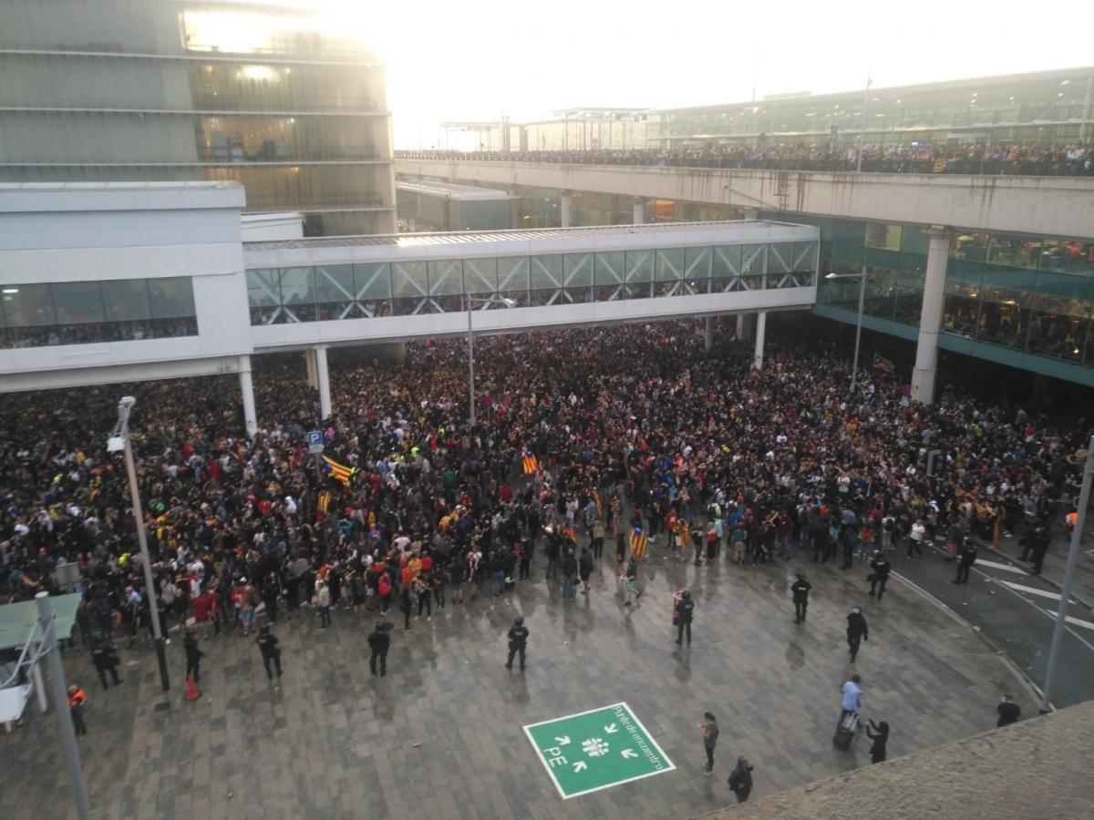 Una de les fotos preses des dels mòbils dels igualadins desplaçats a l'aeroport
