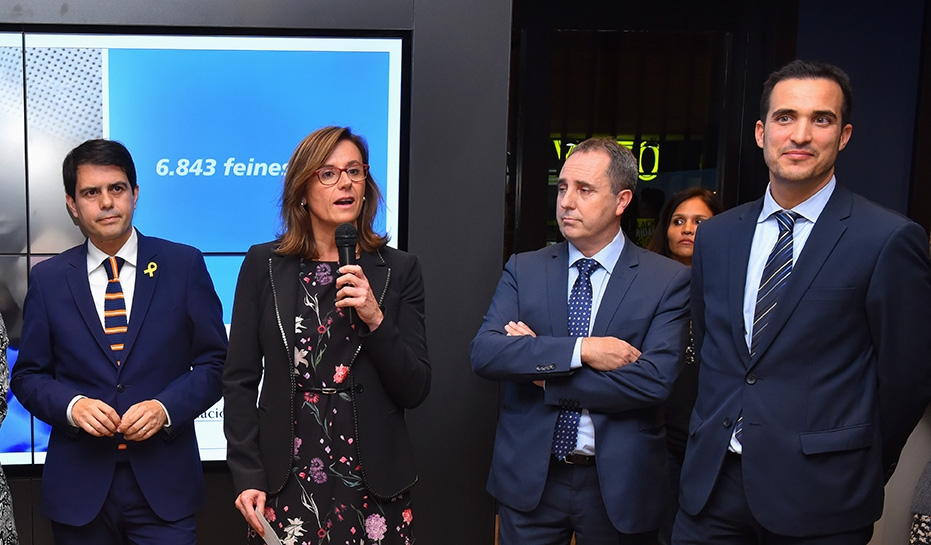 Parlament directora comercial de Barcelona província, Cristina González. A la seva dreta,l'alcalde, Marc Castells, i a la seva esquerra el director de l' oficina de CaixaBank, Jaume Palací, entre d'altres.