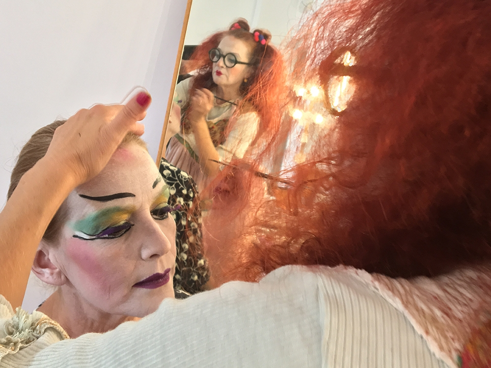 La pallassa Pepa Plana maquillant la pallassa blanca Noël Olivé