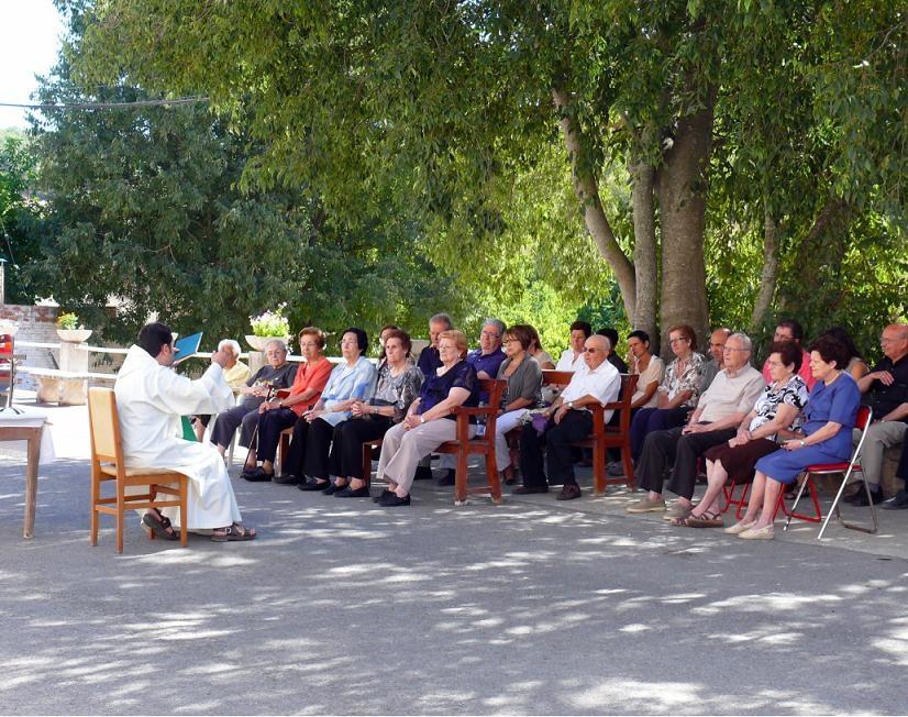 Els veïns de Porquerisses celebrant la missa al carrer