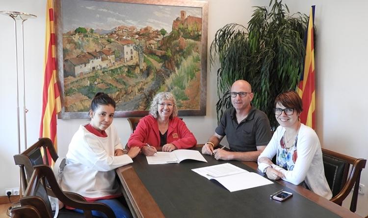 La firma de l'acord, amb el batlle Jordi Madrid i representants de l'entitat