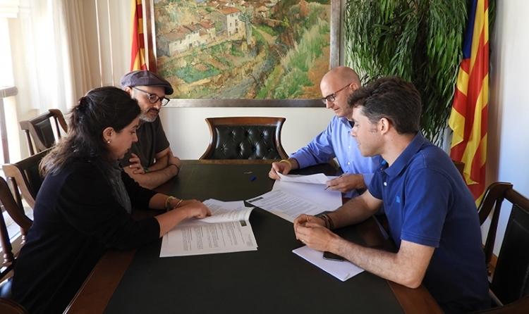 El moment de la rúbrica, amb la presència de l'alcalde Jordi Madrid, al fons a la dreta