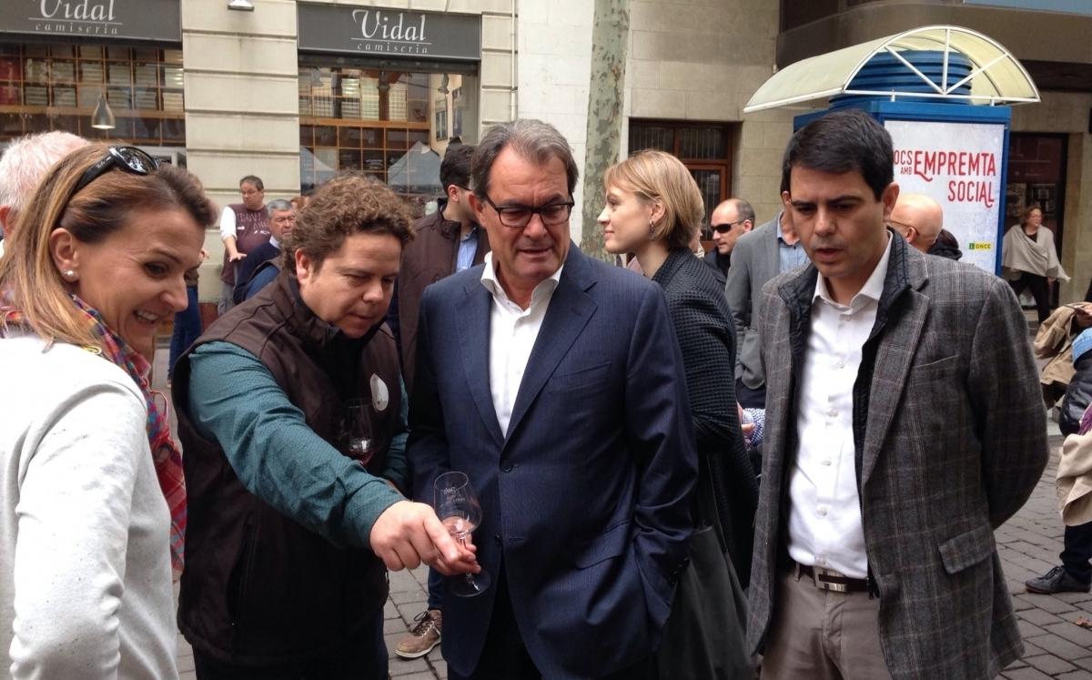 Artur Mas, amb l'alcalde d'Igualada Marc Castells i el president d'Igualada Comerç, Xavier Figueres, en una visita a la Gran Festa del Vi d'Igualada.