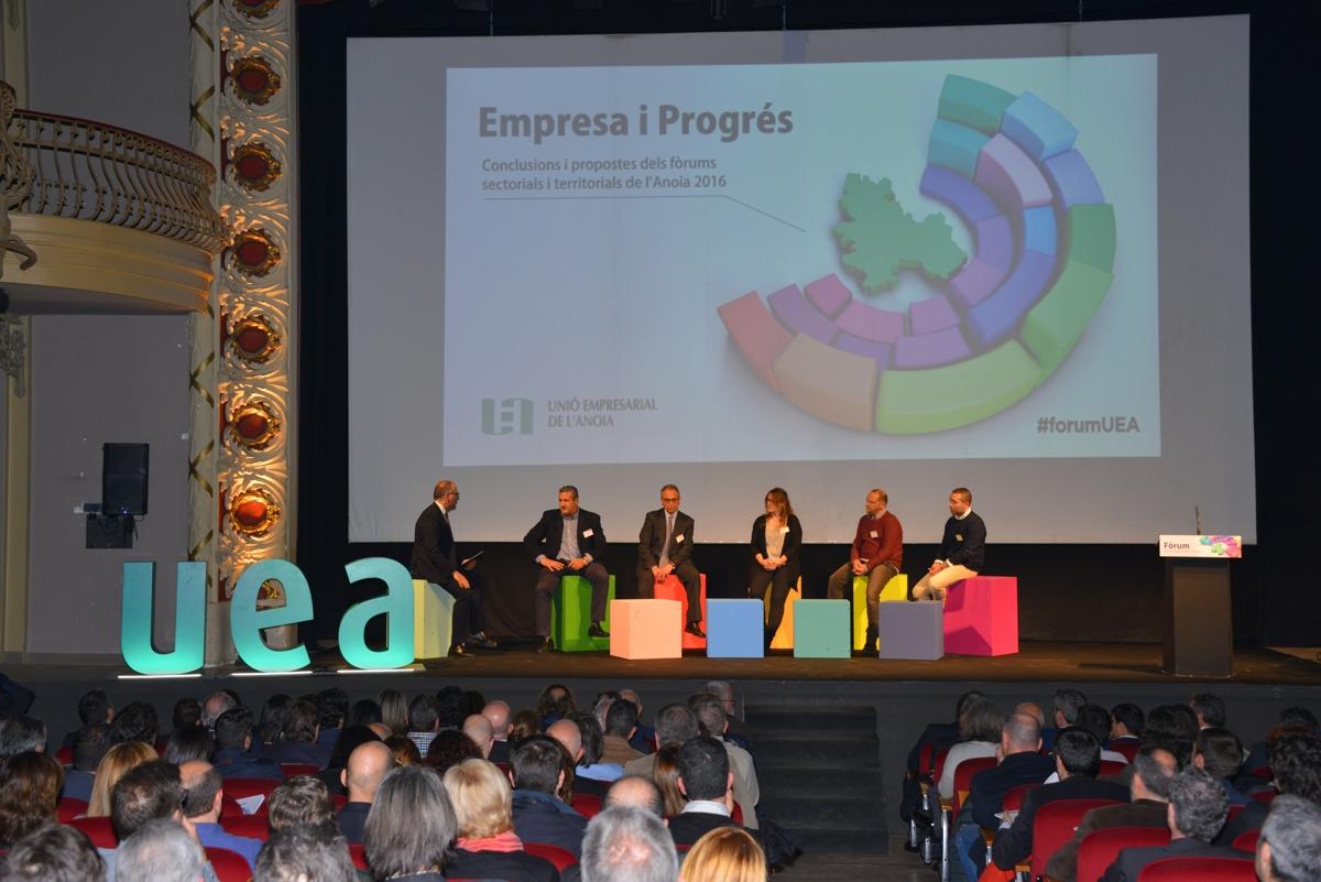 Alguns empresaris de diferents sectors de la UEA, a l'escenari del Teatre Municipal