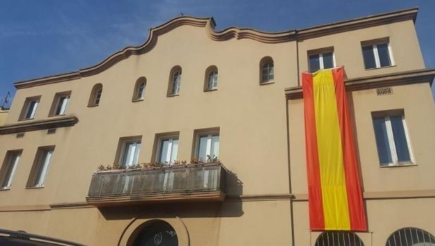 Una 'rojigualda' a la façana a Vilanova del Camí