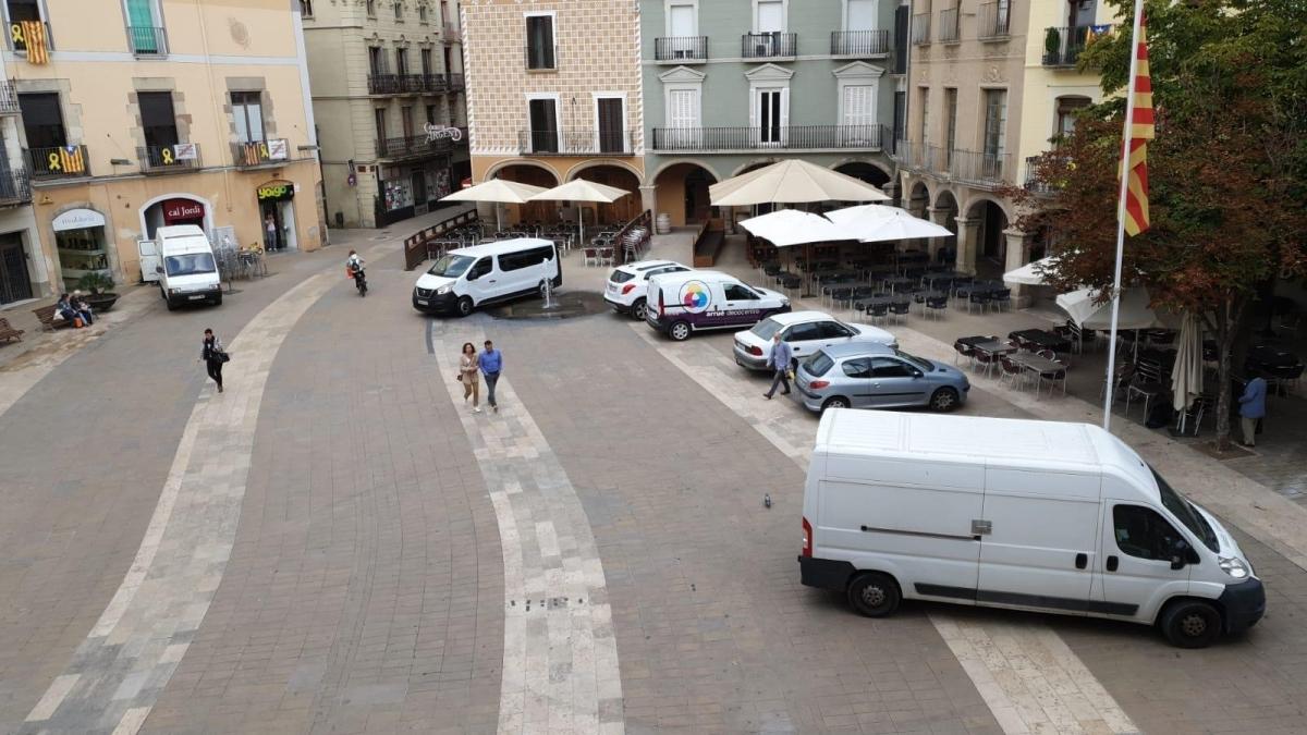 La Plaça de l'Ajuntament, on aparquen diversos vehicles cada dia al centre