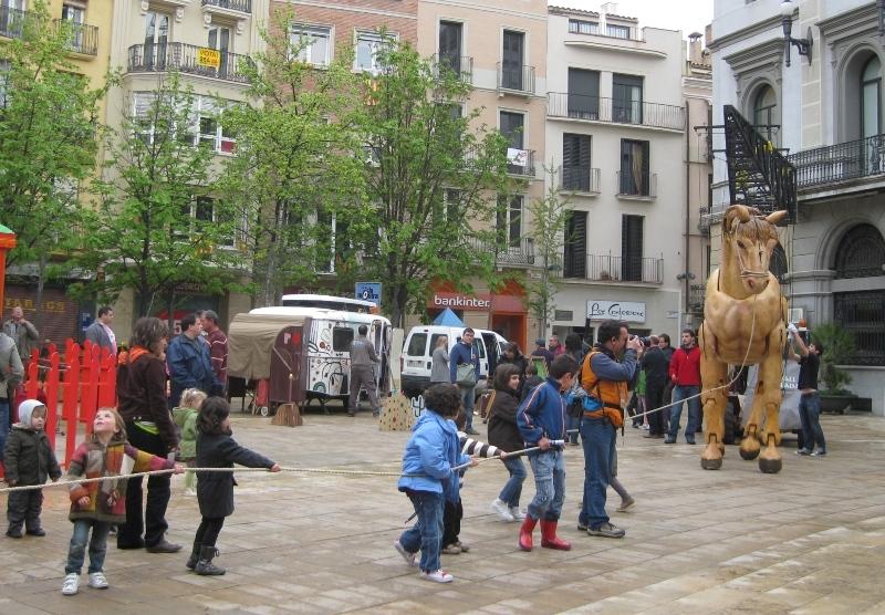 Nens i nenes jugant amb el Cavall d'Igualada