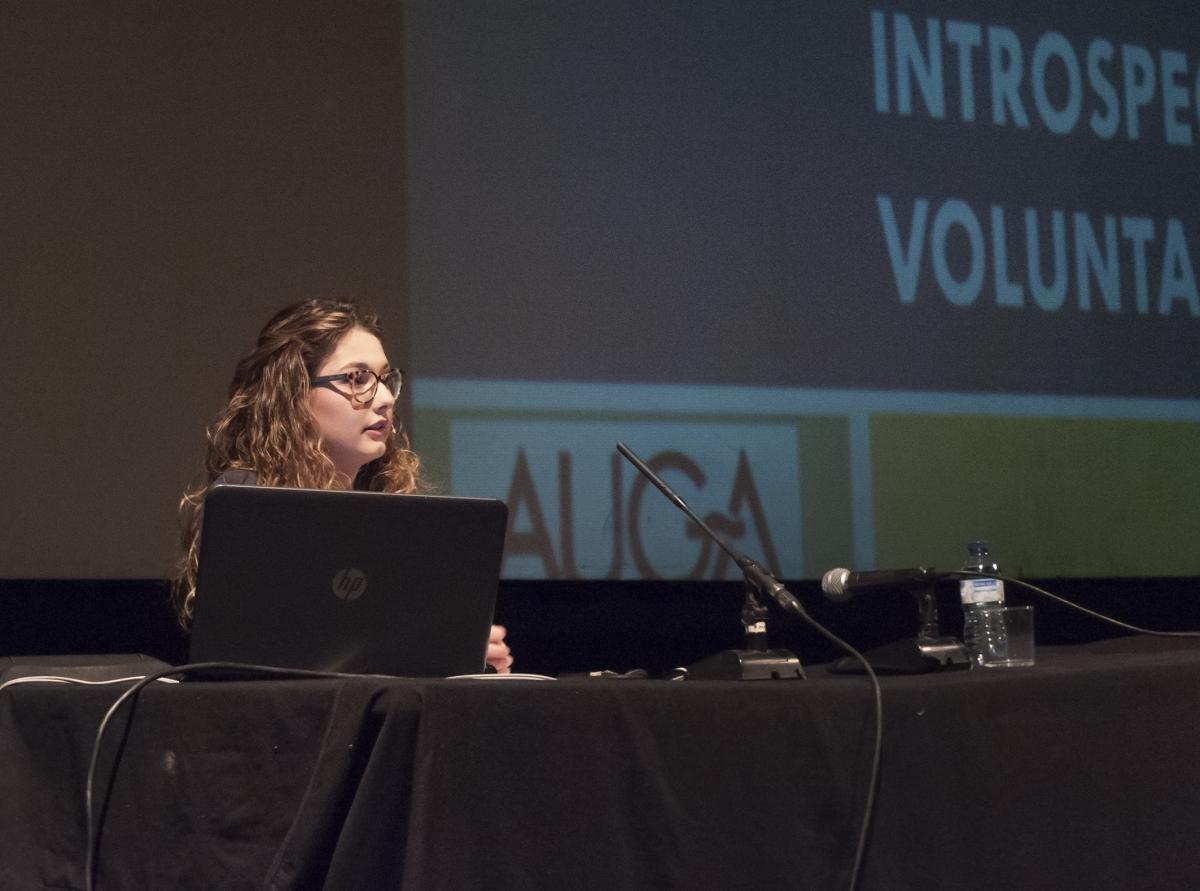 Maria Maestre, exposant el seu treball de recerca