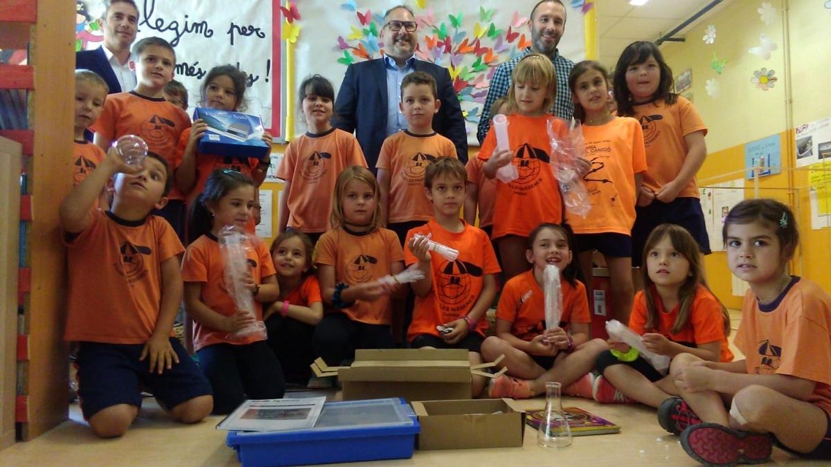 Els directius de la UEA, fent una valoració del curs amb els infants de Castellolí