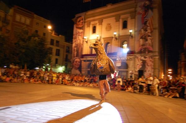 La plaça de l'Ajuntament, plena per veure el final de la cercavila i el pregó