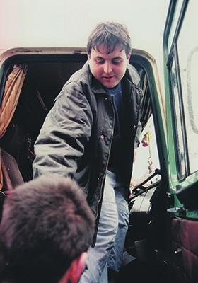 L'Antonio a la cabina del camió que portaria material a Bòsnia