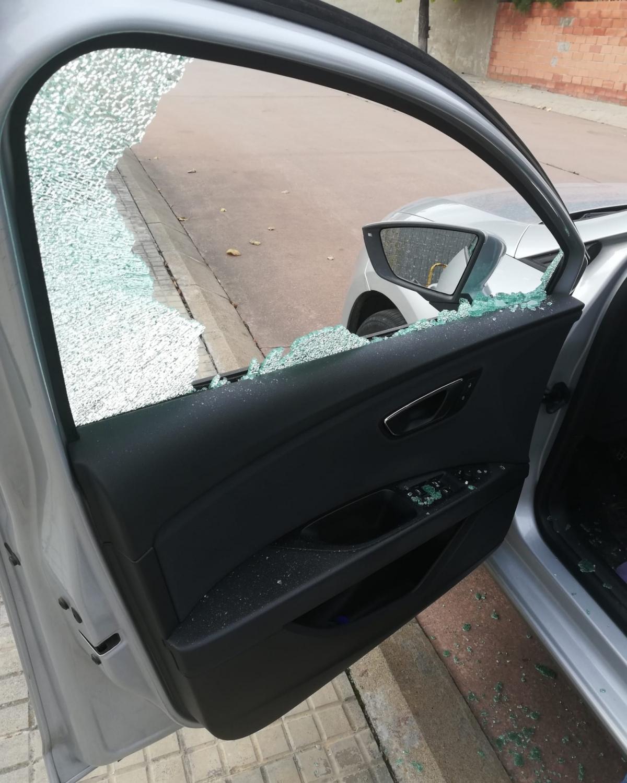 Un dels vidres trencats dels vehicles