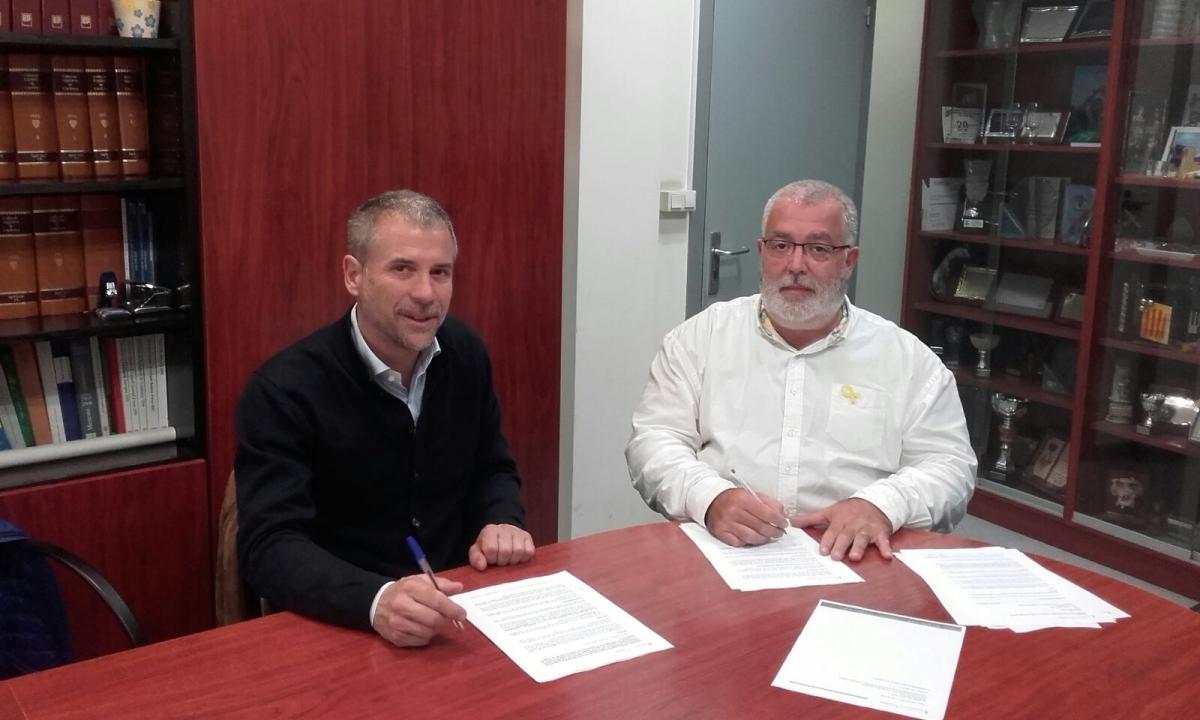 La firma del contracte, amb el representant d'Anaigua i l'alcalde Xavier Boquete
