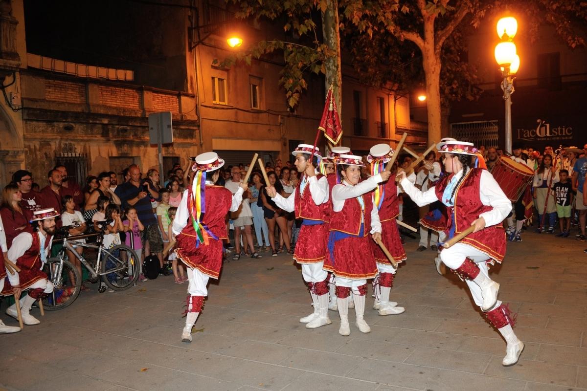 El Ball de Bstons d'Igualada va actuar davant l'Ateneu Igualadí