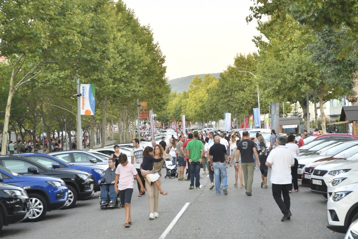 Tres centenars de cotxes i milers de visitants van ser a l'Avinguda dels Països Catalans