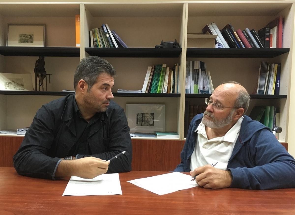 Joan Domènech, de la UEA, i Xavier Vives, d'Igualada Disseny, signen l'acord