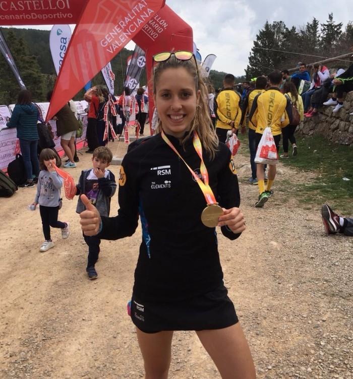 La corredora, amb la medalla que l'acredita com a campiona