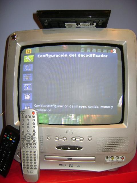 Una televisió analògica amb un descodificador