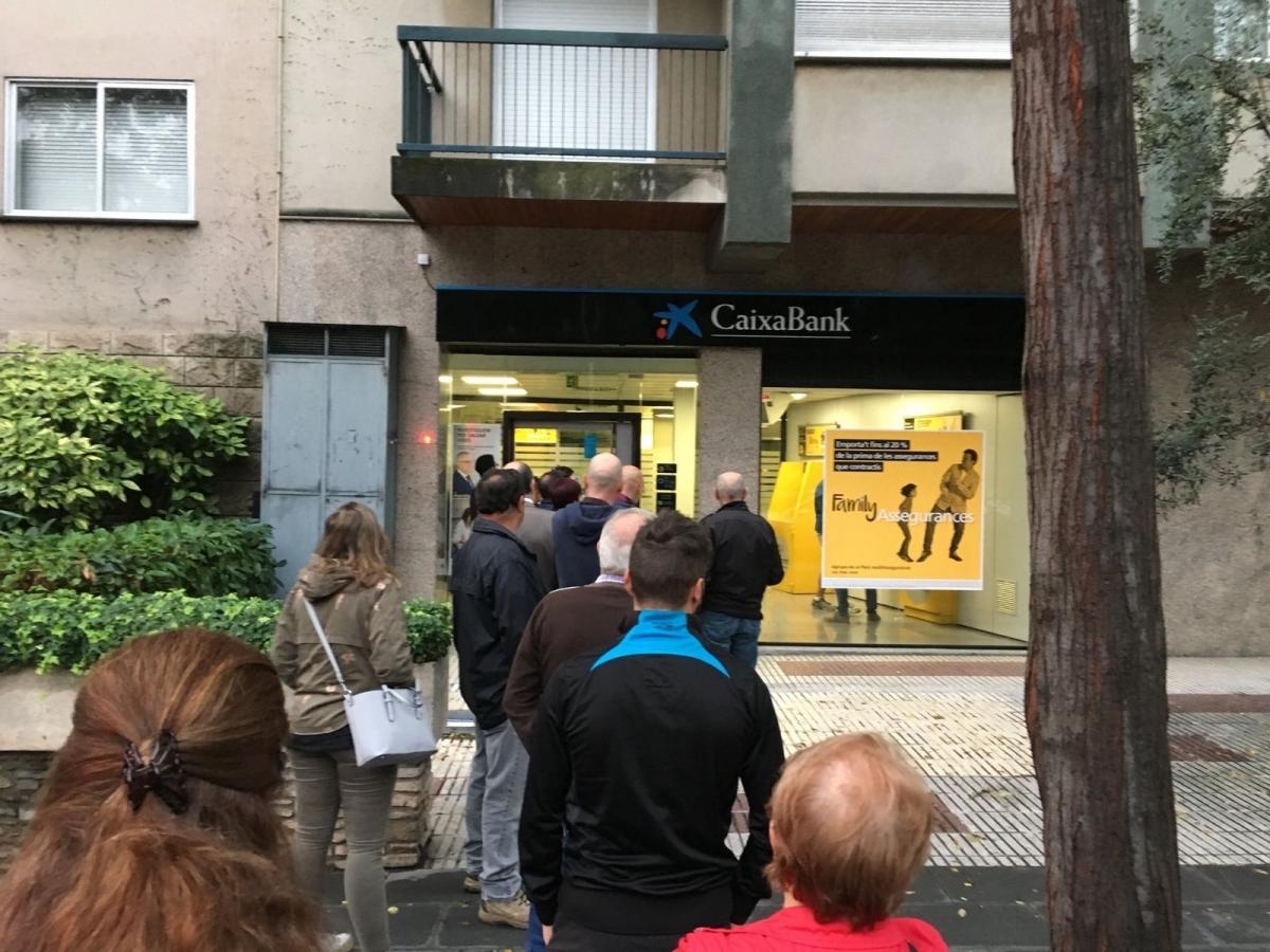 Una de les cues, al caixer de l'Avinguda Barcelona FOTO: Pep Requena