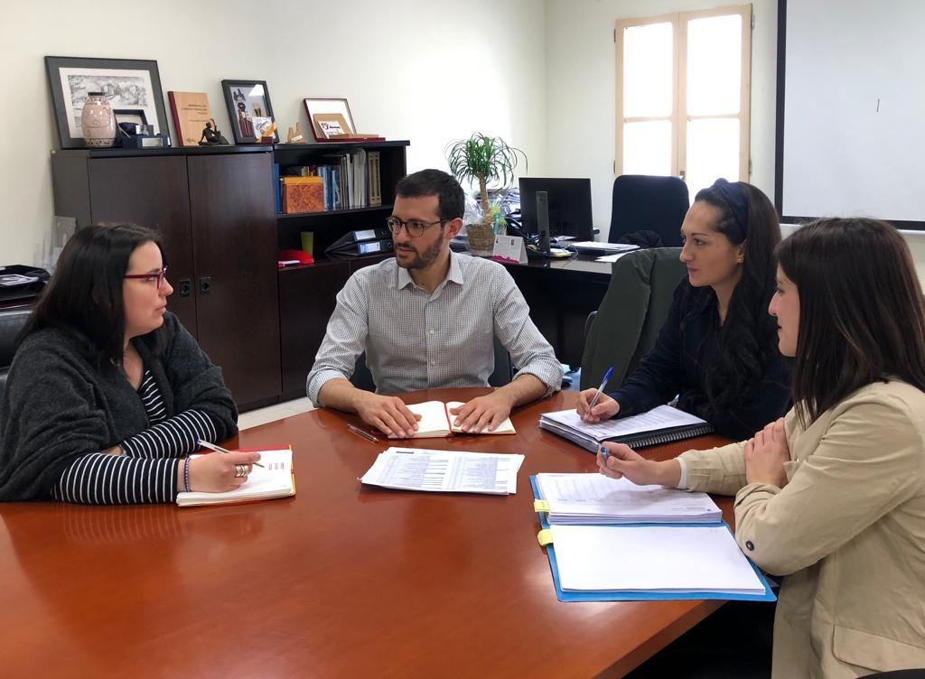 El vice-president del Consell, Jordi Cuadras, amb usuàries del programa