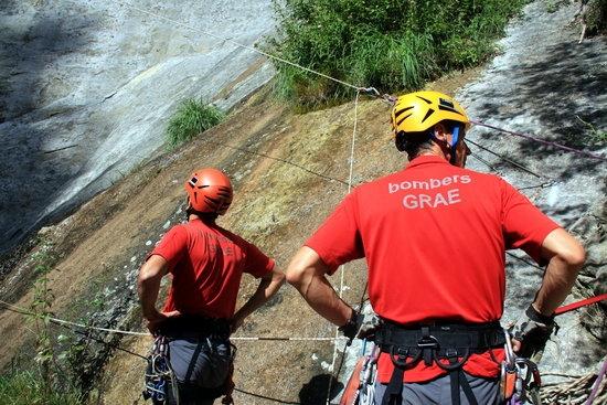Imatge de dos bombers del GRAE participant en el rescat simulat. Foto: Gerard Vilà/ACN