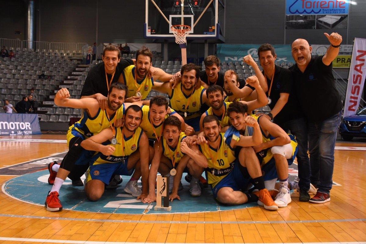 L'equip, celebrant el bitllet a les fases
