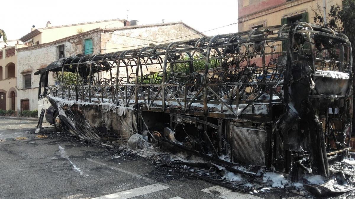 El bus cremat al bell mig del Bruc, el passat abril
