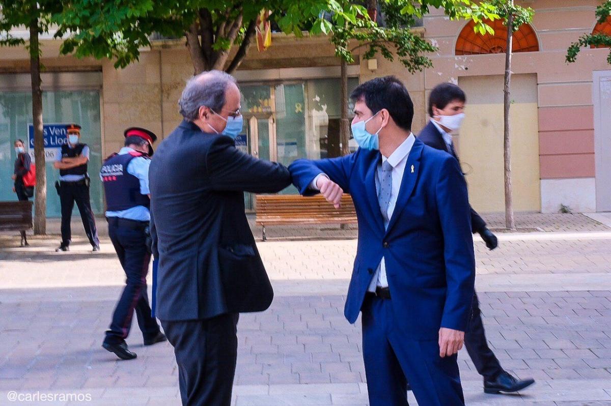 Marc Castells saluda el President Torra a la seva arribada a Igualada (Foto: Carles Ramos)