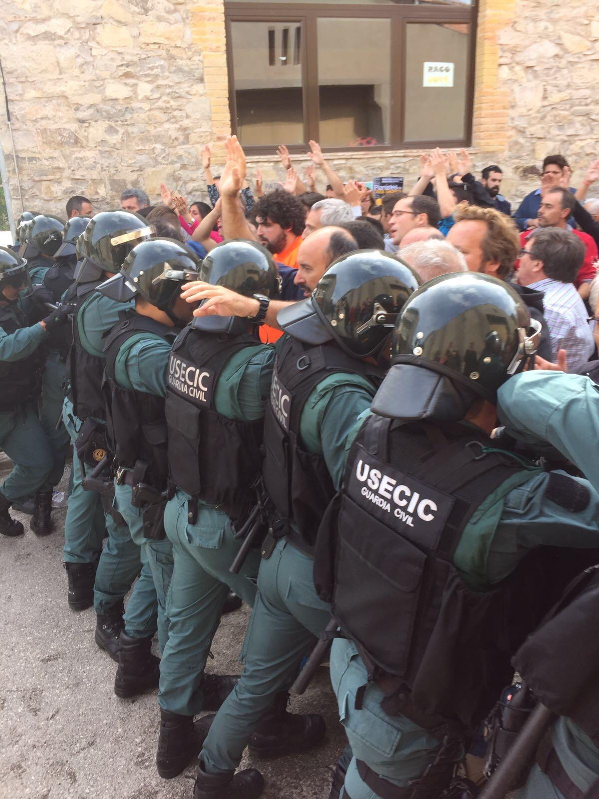 La cadena humana de sesgueiolencs per protegir el col·legi de l'embat del cos policial