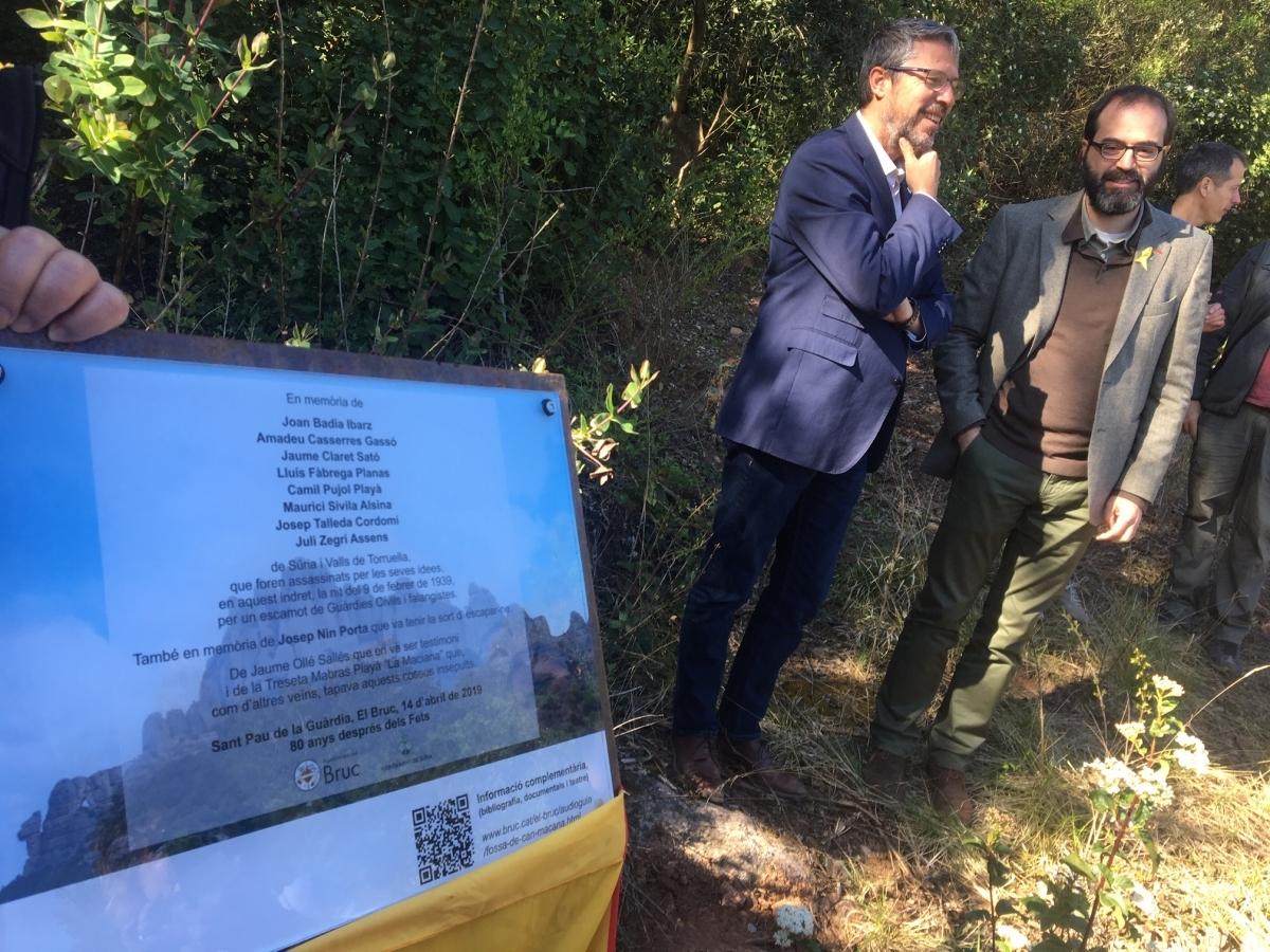 Els alcaldes de Súria i el Bruc, al costat de la placa d'homenatge