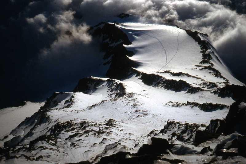 A la part superior de la imatge, creuada per les traces dels alpinistes, la modesta Glacera del Tête Rousse, des del  Refugi de l'Aiguille du Gouter a 3.817m.
