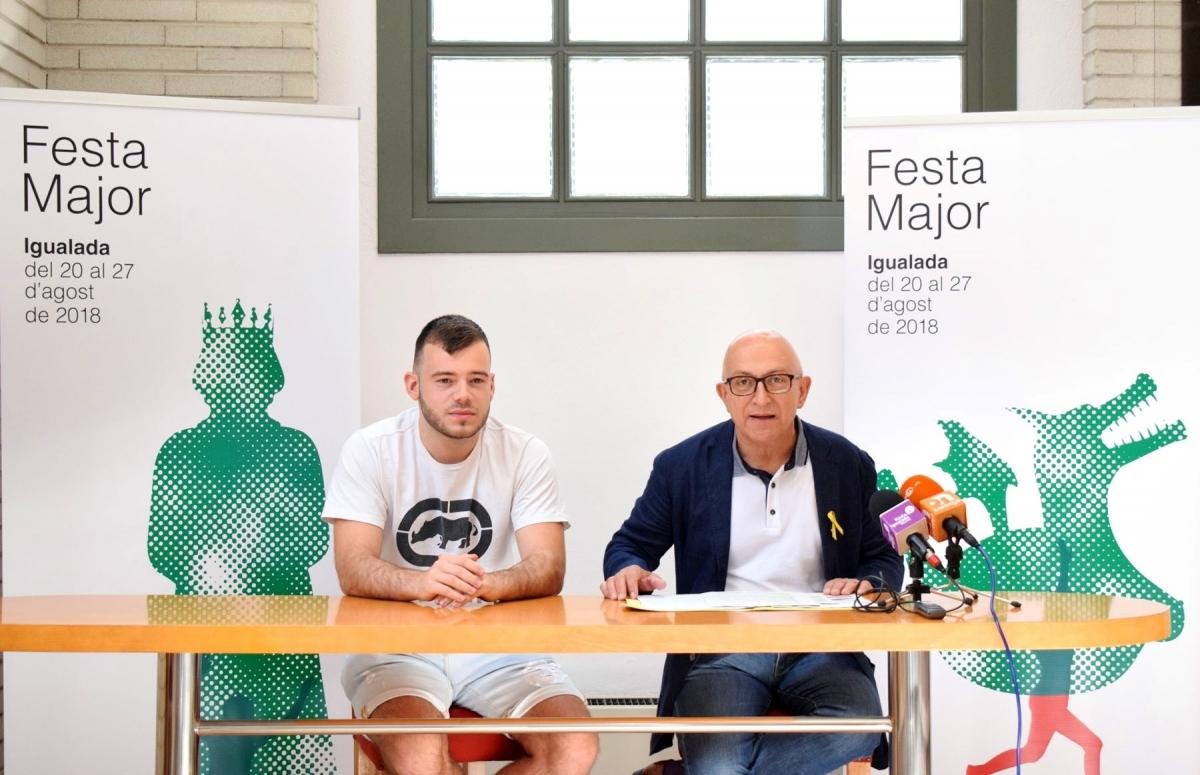Adrián Haro, esquerra, autor del cartell, amb el regidor Pere Camps