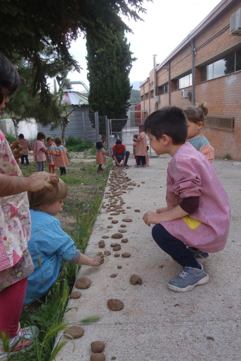 Els infants del CEIP Castell d'Òdena, durant l'elaboració de les boles Nendo Dango