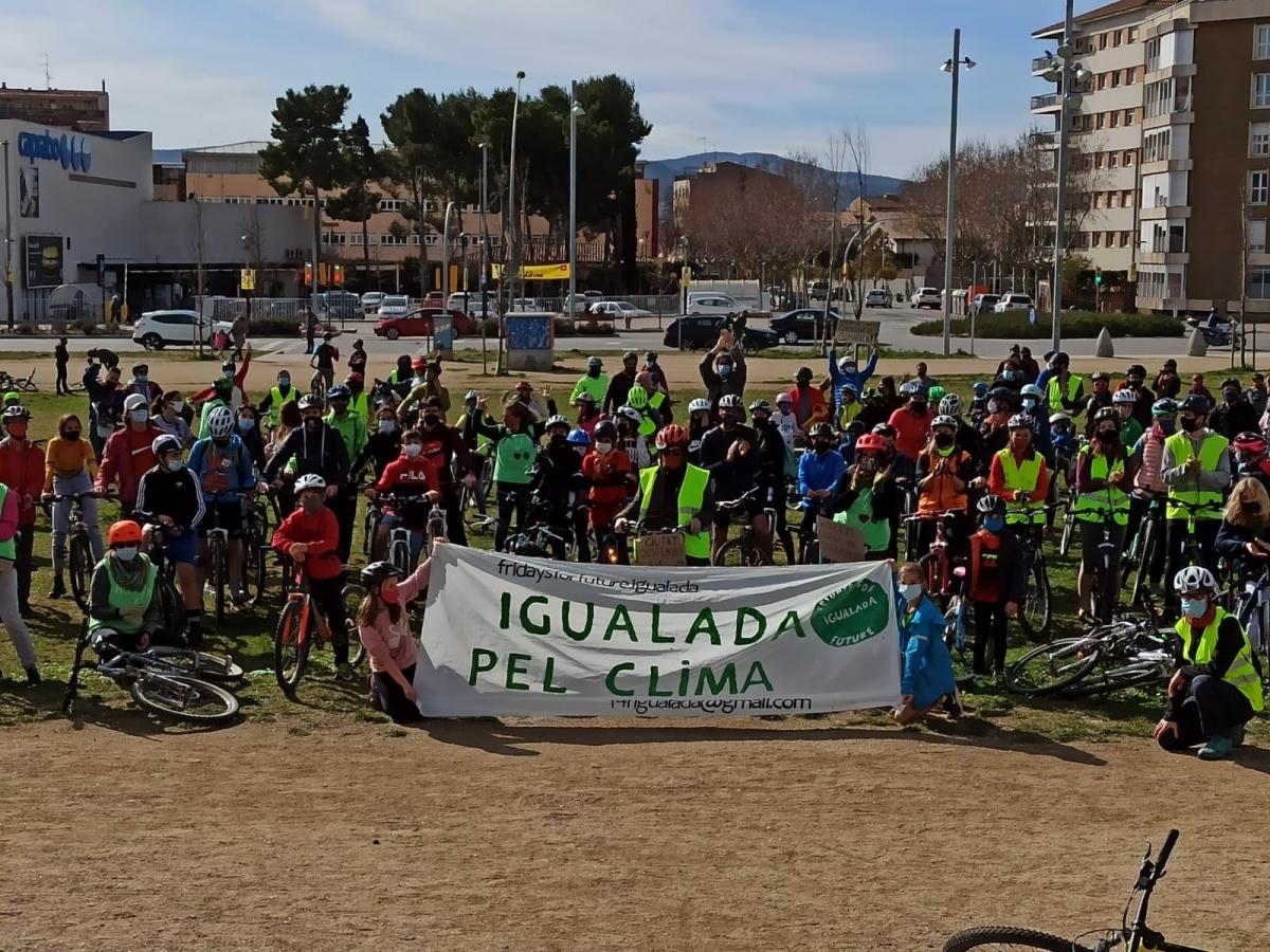 Els ciclistes, amb la pancarta reivindicativa