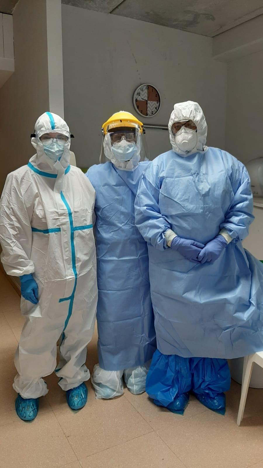 La Sònia García, cap del servei d'infermeria de la Fundació Privada Àuria, amb professionals sanitàries del CAP Nord