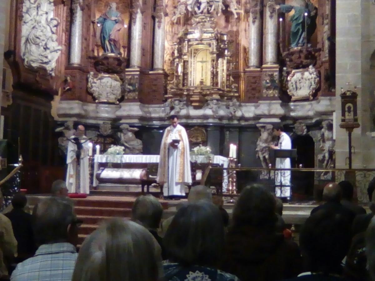 Mossèn Bisbal, al centre, en la pregària multitudinària de dissabte