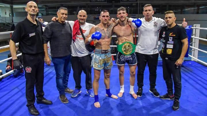 Molero, tercer a la dreta, amb el cinturó de campió