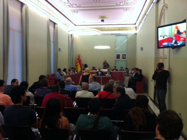 La sala de plens plena de públic