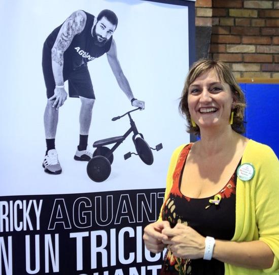 La consellera de Salut, Alba Vergés, amb un dels pòsters de la campanya contra el tabac que protagonitza el jugador de la NBA Ricky Rubio, destinada als més joves (Foto: ACN)