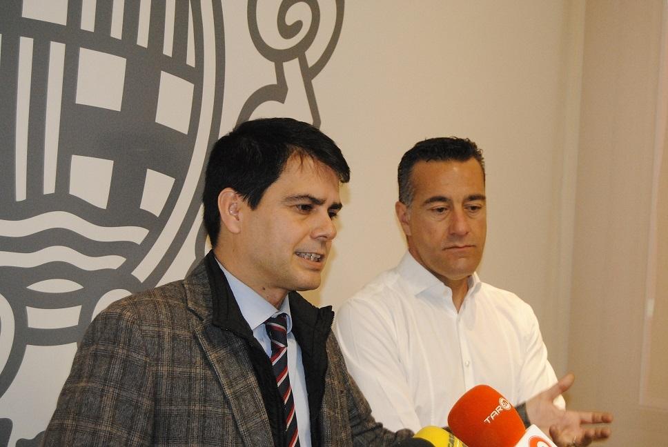 Castells i Riba, a la Sala de Comissions, anunciant l'acord