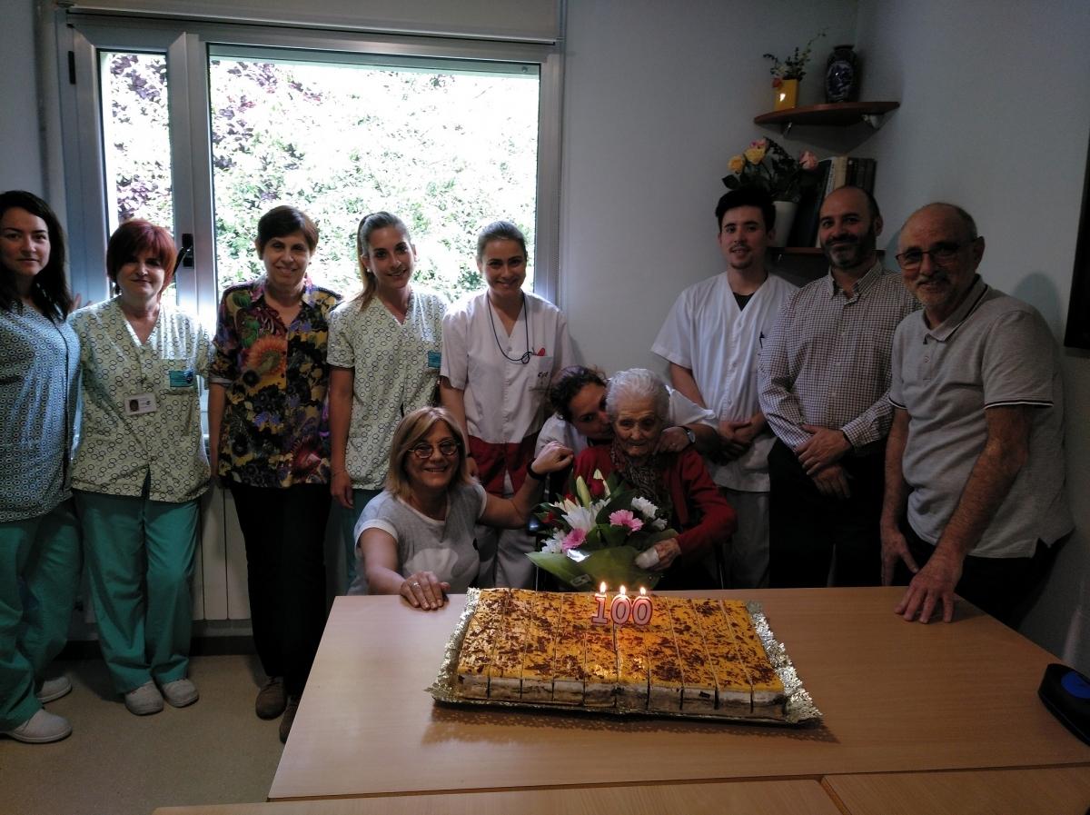 L'homenatjada, envoltada del personal i de la seva família