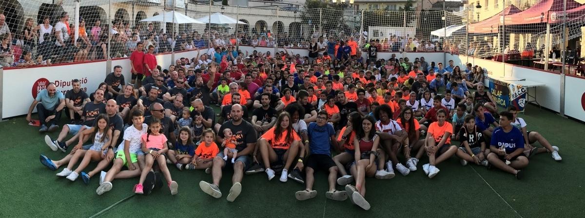 Foto de família, amb l'alcalde calafí al costat dels equips vencedors i reconeguts de les diferents categories