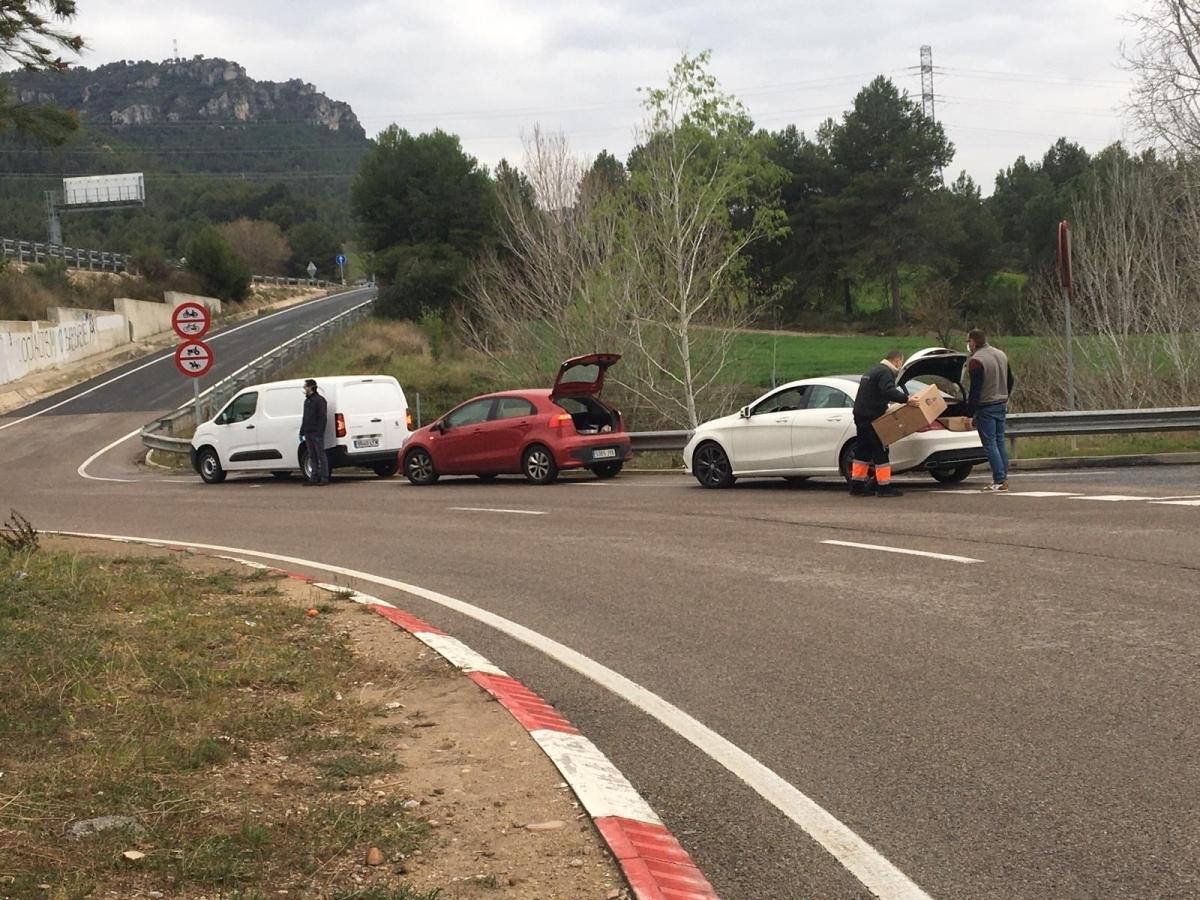 Cotxes aturats, a l'entrada de la zona perimetrada, el març