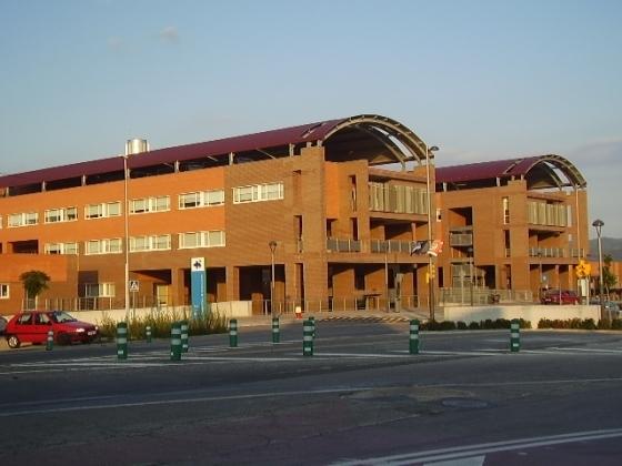 El centre hospitalari, vist des de la banda sud de l'Avinguda Mestre Muntaner