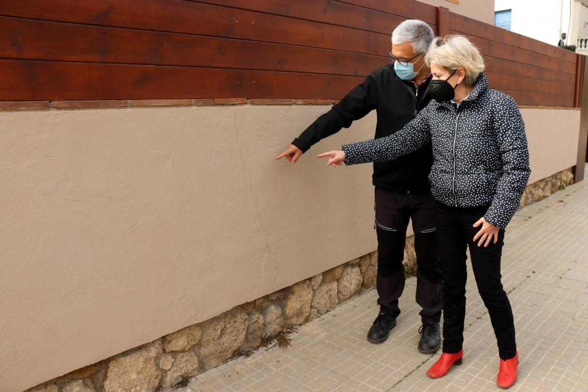 La capelladina Pepa Respall indica un dels efectes de les tremolors a casa seva FOTO: ACN