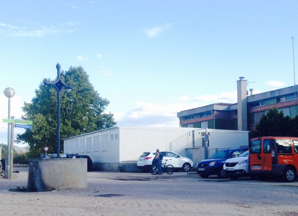 Els barracons, al costat de l'edifici del Gabriel Castellà