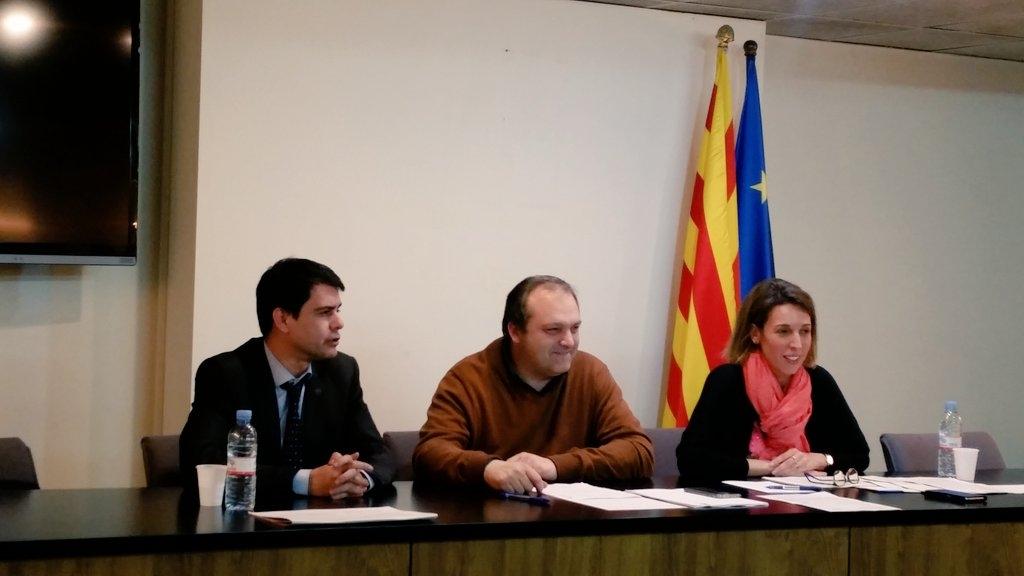 Chacón, durant l'assemblea, amb Marc Castells i Santi Broch