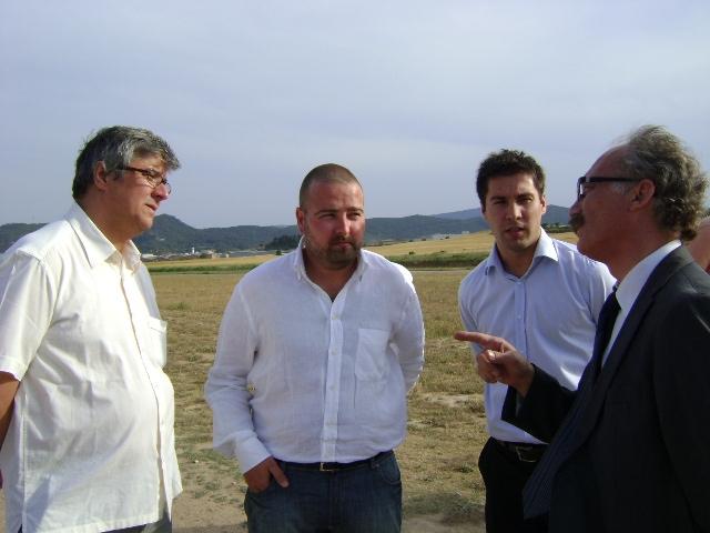 Joan Amatllé, redactor del projecte, i Marc bausili, gerent de l'aeròdrom, amb els alcaldes d'Òdena i Igualada